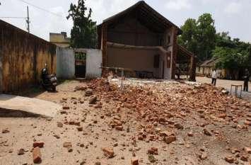 जगदलपुर के एमएलबी स्कूल की गिरी दीवार, छात्राओं व शिक्षकों में मचा हडक़ंप