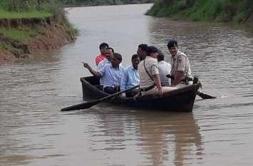 नाव में सवार होकर ग्रामीणों की सुध लेने पहुंचे कलेक्टर, एसपी