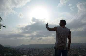 वर्ल्ड फोटोग्राफी डे आज : गुलाबी नगरी में नाहर गढ़ की पहाड़ी से मोबाइल के युग में बढ़ते क्रेज को कैद किया।