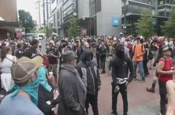 VIDEO: पोर्टलैंड में दक्षिणपंथियों और उनके विरोधियों के बीच हिंसक झड़प, 13 गिरफ्तार