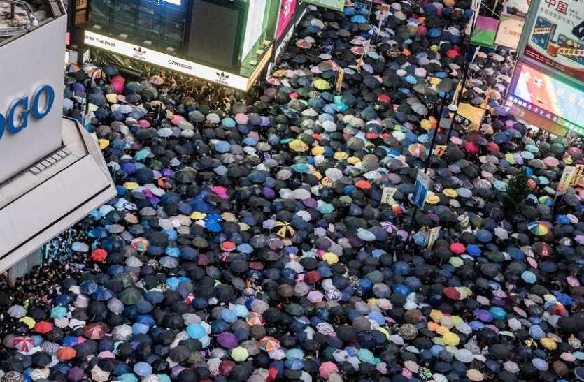 चीन की धमकी के बाद भी हांगकांग में विरोध-प्रदर्शन जारी, काले कपड़े में जुटे लाखों लोग