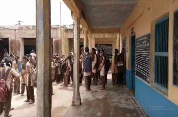 राजस्थान : चौथे दिन खुले स्कूल, ये हालत देख कमरों में नहीं बैठ पाई छात्राएं
