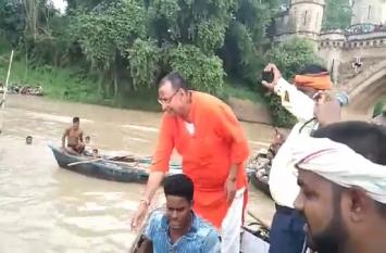 गंगा की उफनती लहरों पर बिना लाइफ जैकेट के उतरे बीजेपी विधायक, लोगों की जान भी जोखिम में डाला