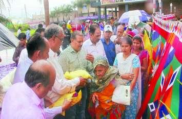 भाजपा विधायक की मौजूदगी में महिलाओं को बांटी साडि़यां
