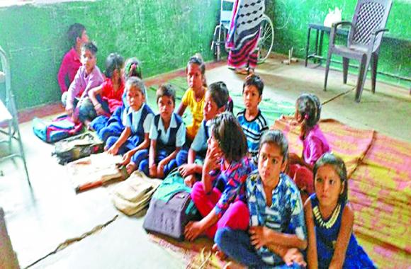 school : नौनिहालों का भविष्य खतरे में, यहां हिन्दी के शिक्षक पढ़ा रहे अंग्रेजी