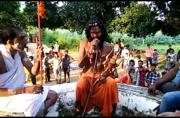रायबरेली में इस संत ने देश के कल्याण के लिए 8 किलोमीटर लेट कर गंगा के किनारे के गांव की परिक्रमा, देखें पूरा वीडियो