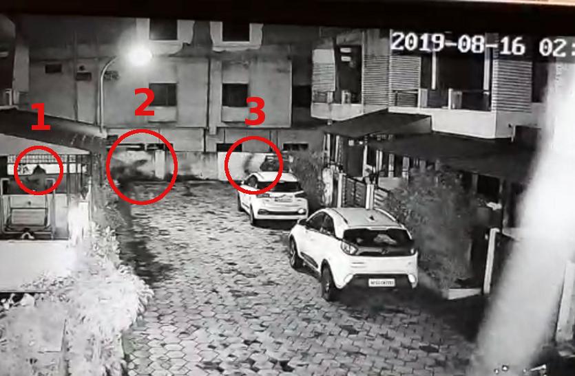 रात 2 बजे चोरी करते CCTV फुटेज में कैद हुए चोर - देखिए वीडियो