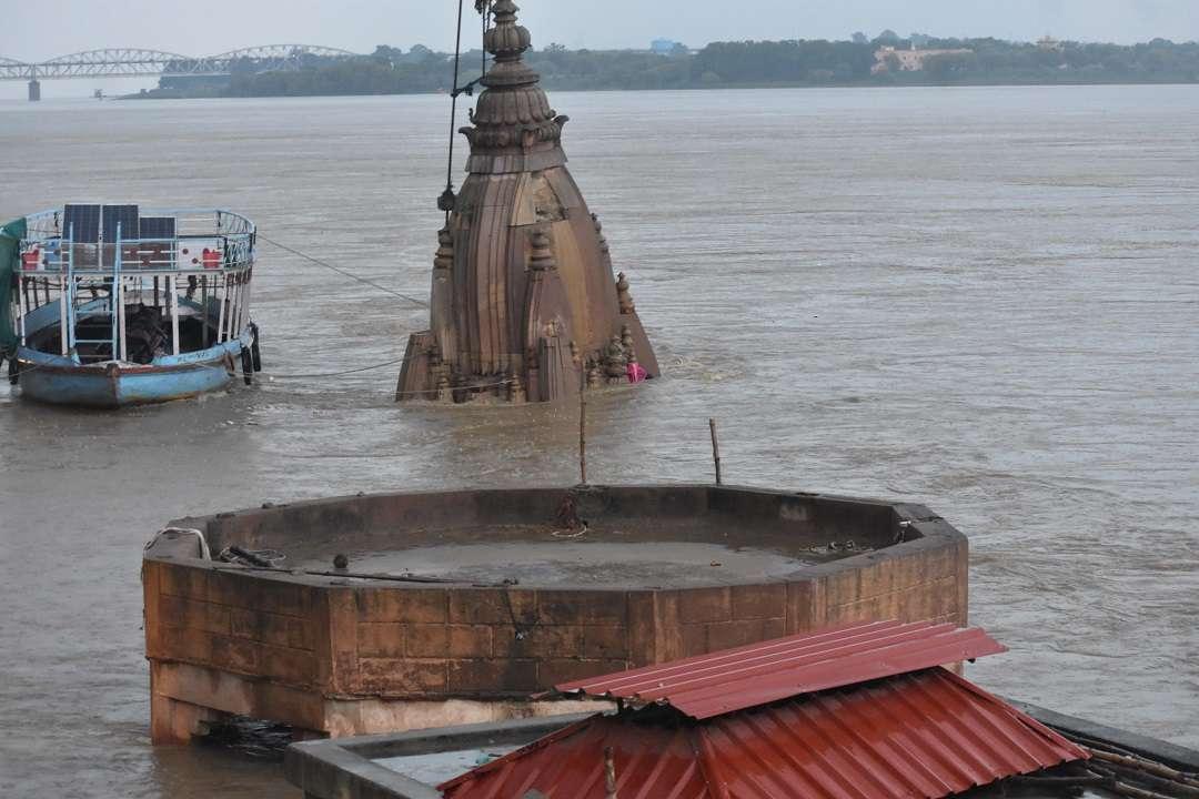 गंगा में डूबा मंदिर