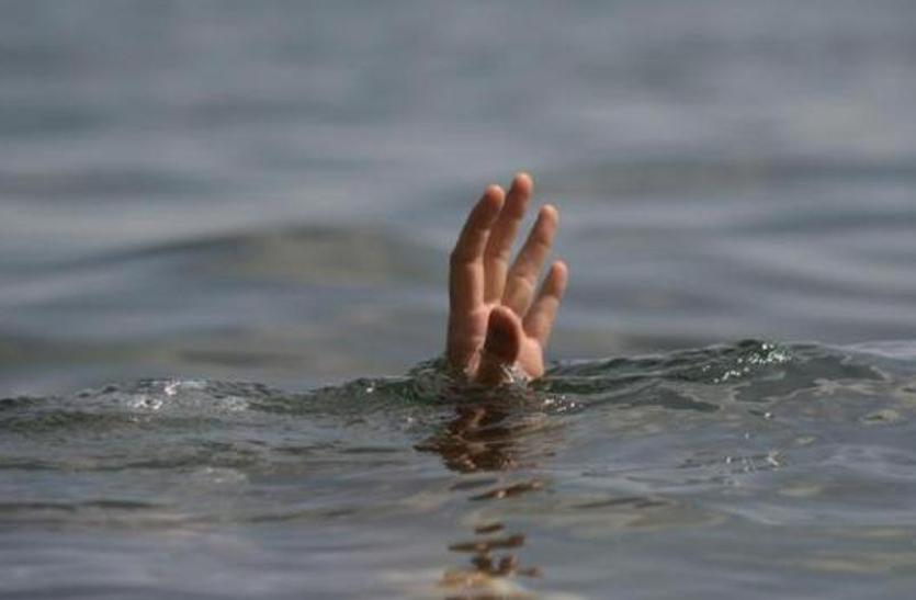नदी में तीन लोग डूबे, देखें वीडियो