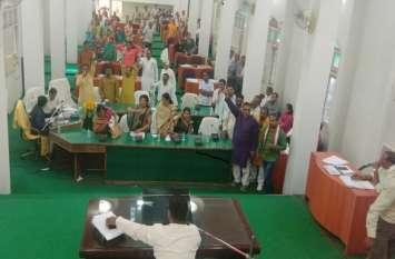Nagar Nigam: अध्यक्ष ने मीडिया को किया बाहर, परिषद की बैठक में सत्तापक्ष और विपक्ष ने जुगलबंदी से किया ये काम, देखें वीडियो