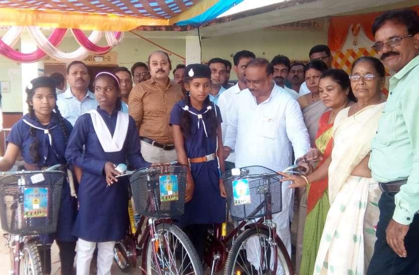 बालक और कन्या स्कूल में 147 विद्यार्थियों को किया साइकिल वितरण