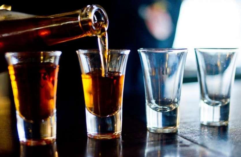 शहर से लेकर ग्रामीण क्षेत्र में दुकानें सील होने के बाद भी जमकर बिक रही देशी व अंग्रेजी शराब