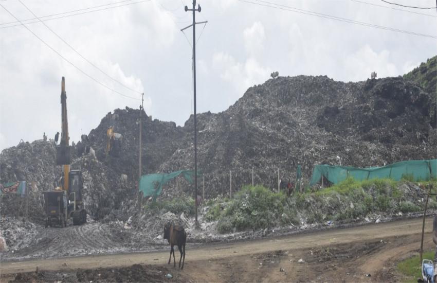 कचरे के पहाड़ों ने बीमार किया गांव, एक किलो मीटर दूर तक फैली सढ़े और गीले कचरे की बदबू
