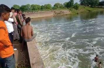 पिकनिक मनाने गए दो दोस्तों की नदी में डूबने से हुई मौत, 16 घंटे बाद भी नहीं निकाला जा सका युवक का शव