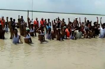 किसानों ने जान खतरे में डालकर किया प्रदर्शन, मौके पर पहुंचे अधिकारियों ने किया यह आग्रह- देखें वीडियो