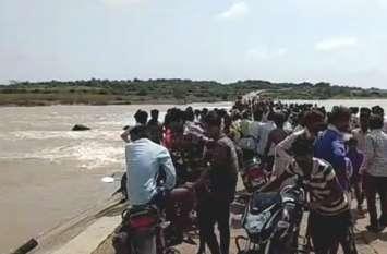 गड्ढों से हवा में उछली बाइक, कालीपट्टा नदी में बहे दो दोस्त, एक की मौत, दूसरे की बची जान