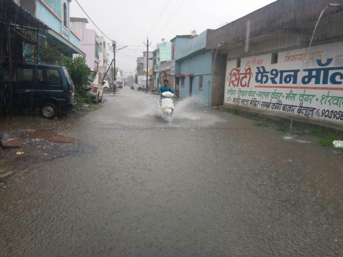 पढ़े, जोरदार बारिश से सड़कों में भर गया पानी