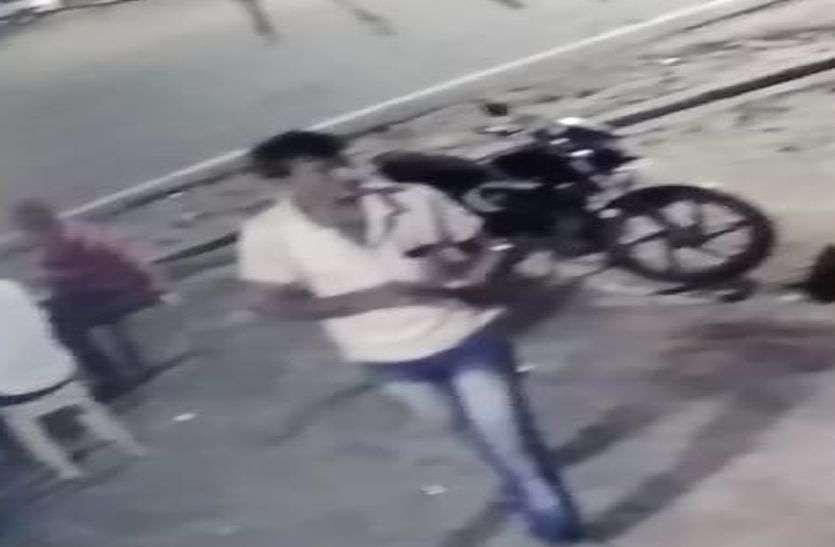Read full news-पर्स चोरी को लेकर देर रात हुआ हंगामा, सीसी टीवी फुटेज दिखा सच