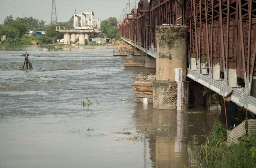 दिल्ली: उफान पर यमुना, कई इलाकों को कराया गया खाली, ट्रेनों की आवाजाही रुकी