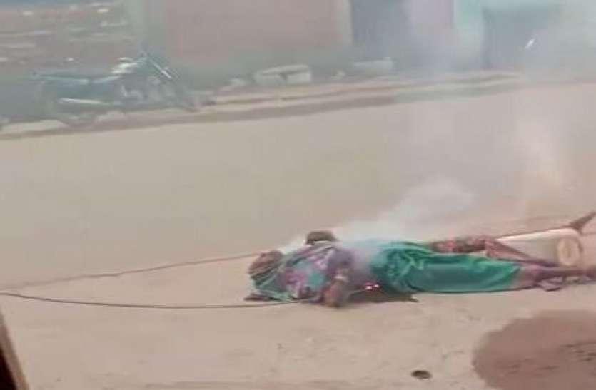 बिजली के तार के चपेट में आई महिला सड़क पर तार के साथ जली, वीडियो में दिखा भयंकर मौत का नजारा