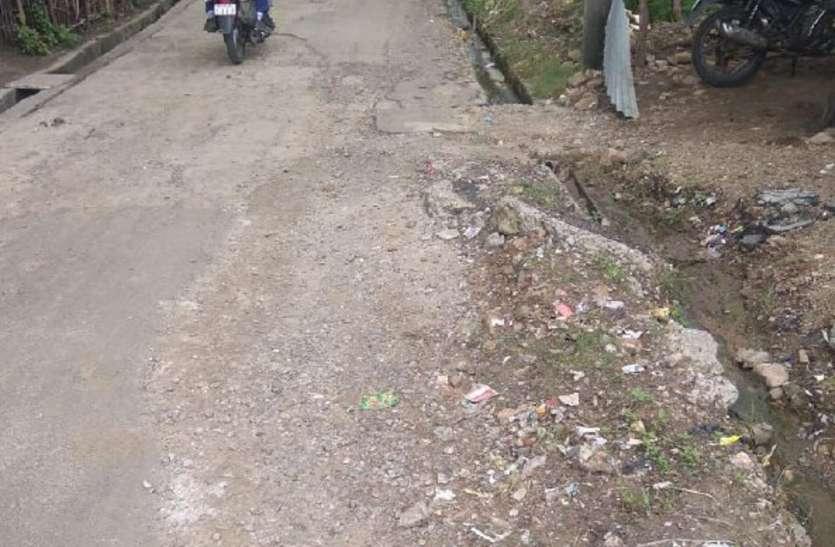 पीएम योजना में गांवों से जोड़ने बनी सड़कें गड्ढों में तब्दील