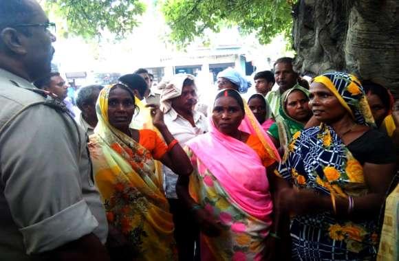 मारपीट और फायरिंग के बाद दलित बस्ती में घुसी पुलिस, महिलाओं ने लगाए ये आरोप