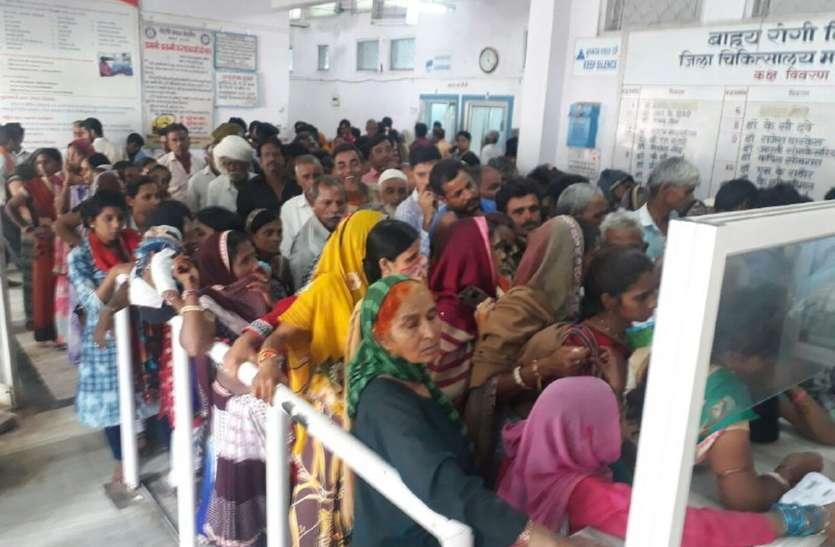 बाढ़ के बाद इस साल में सबसे अधिक मरीज पहुंचे जिला अस्पताल