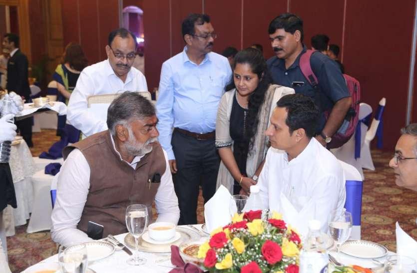 केंद्रीय पर्यटन मंत्री प्रहलाद सिंह पटेल के सामने 20 राज्यों से आए पर्यटन मंत्रियों ने रखी बात