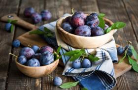 Plum Health Benefits - कम कलाैरी के साथ वजन कंट्राेल करता है आलू बुखारा