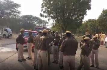 कार में शराब पीने पर टोकना पुलिस को पड़ा भारी, युवक ने सिपाही से की जमकर मारपीट, फाड़ डाली वर्दी
