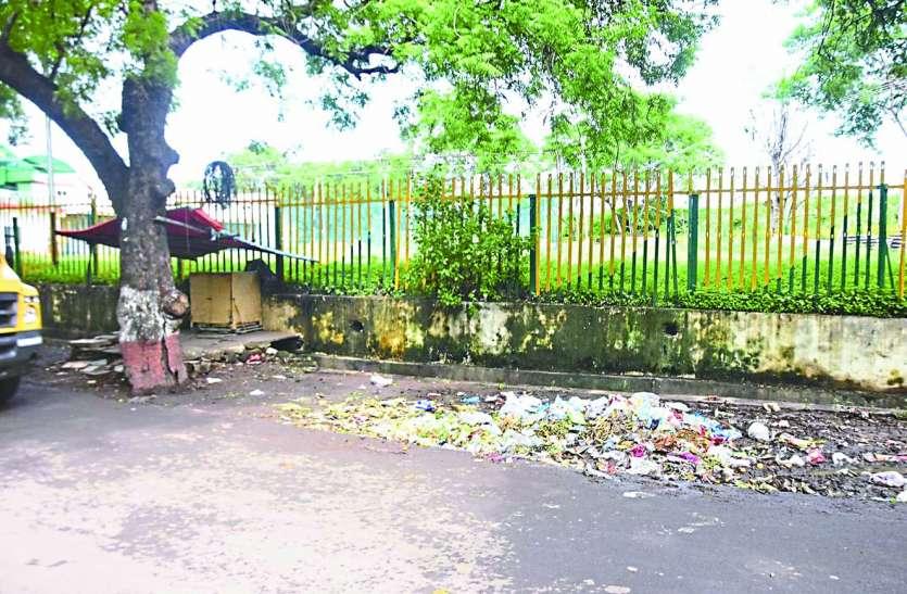 रेलवे कॉलोनी में गंदगी का साम्राज्य, टैंडर खत्म नहीं उठ रहा कचरा