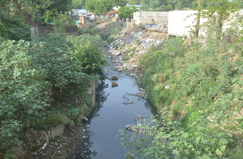 लगातार बारिश से शहर में जलभराव का खतरा, नालों का नहीं हटा पाया प्रशासन अतिक्रमण
