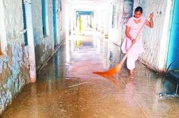 अस्पताल में पानी ही पानी, छत टपकती, मैदान में भराव और वार्डों के हालात खराब