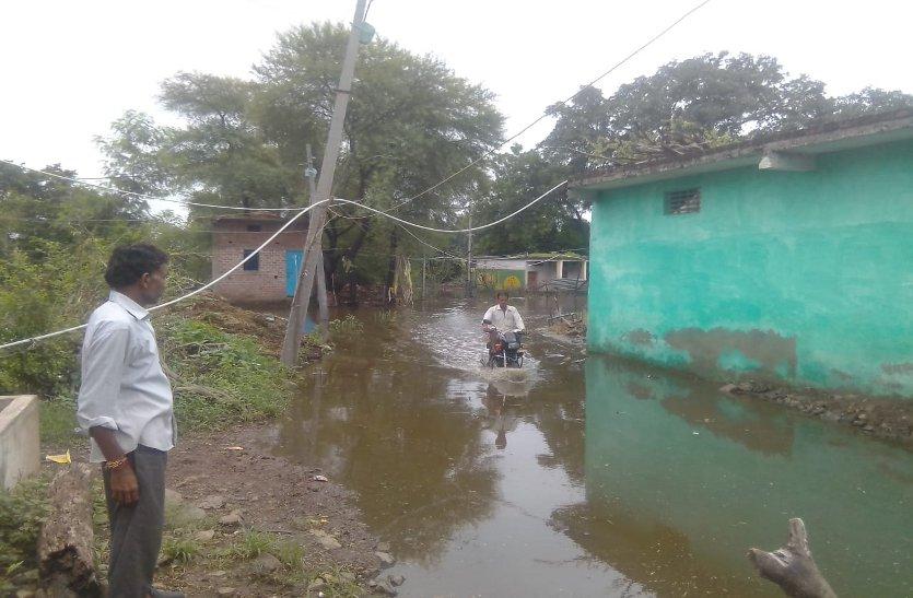 ग्राम कांजा में ग्रामीणों के घर बने तालाब