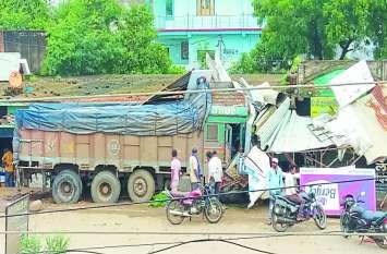 हादसा: मवेशियों को रौंदते हुए दुकान में घुसा तेज रफ्तार ट्रक, दो गायों की मौत