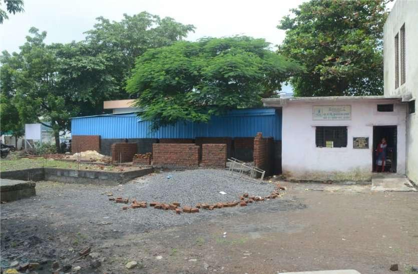 120 वर्गफीट का स्कूल,8० विद्यार्थी