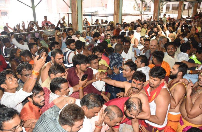 महाकाल मंदिर: वीआईपी के साथ दर्शन करने घुस आती है चहेतों की फौज, हर बार दम तोड़ते हैं नियम-कायदे