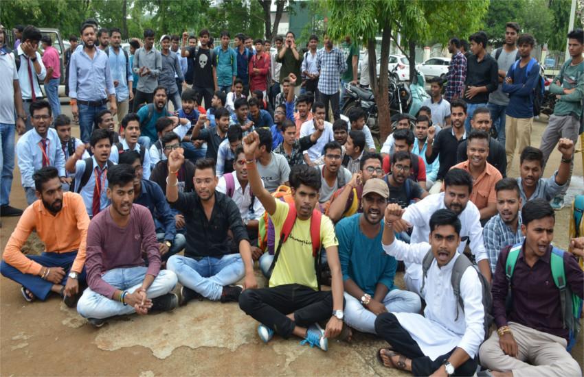 हॉस्टल आवंटन की मांग लेकर विवि के छात्रों ने किया हंगामा, ऑफिस के सामने धरना देकर की नारेबाजी