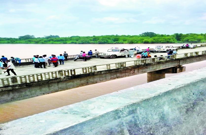 dead body in river : नदी में बहे दो युवकों में सेे एक का मिला शव , एक अभी भी लापता