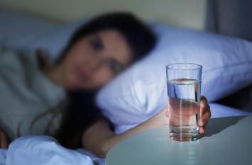सुबह उठकर न पीएं रात का रखा पानी, अच्छी नींद के लिए खाएं ये
