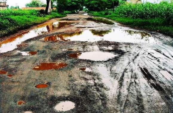 जर्जर सड़कों से राहगीर परेशान