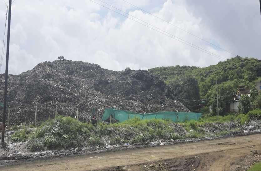 कचरे ने पहाड़ का रूप ले लिया है। यह अब प्राकृतिक पहाड़ से भी ऊंचा दिखने लगा
