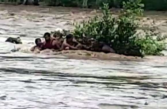 मंदाकिनी नदी में आई बाढ़, देखें किस तरह साधु-संत फंसे, होमगार्ड ने किया रेस्क्यू