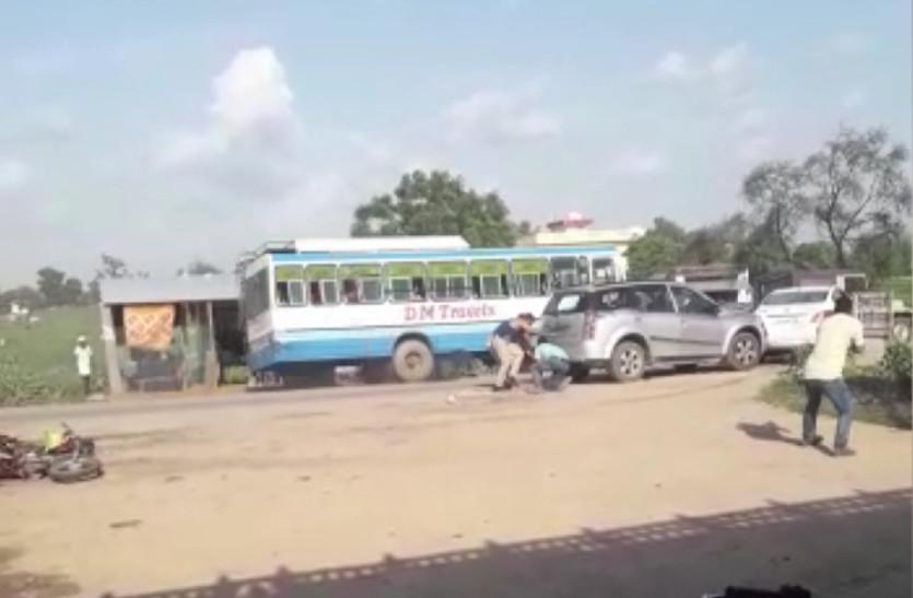 watch: बदमाशों ने 10 बाइकों को रौंदा, पुलिस पर की फायरिंग