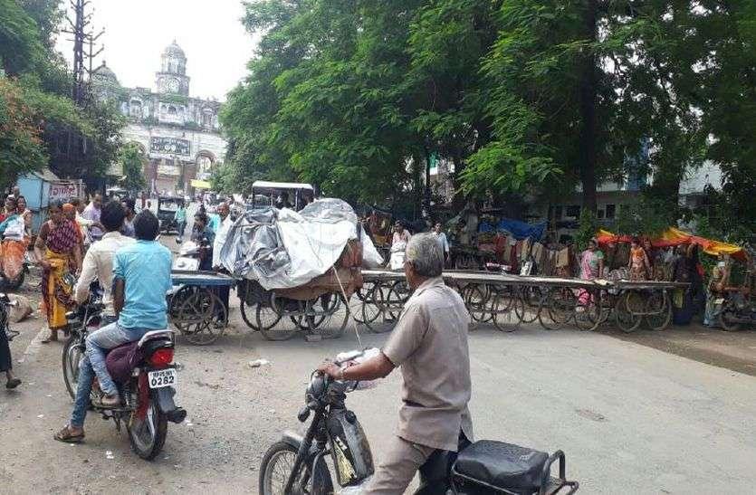 VIDEO रतलाम में चक्काजाम, अचानक हटा दिया कारोबारियों को