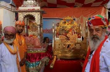 उदयपुर में सांवलिया सेठ व भगवान जगदीश का हुआ अनूठा मिलन,  गणगौर घाट पर जमी लहरिया की रंगत