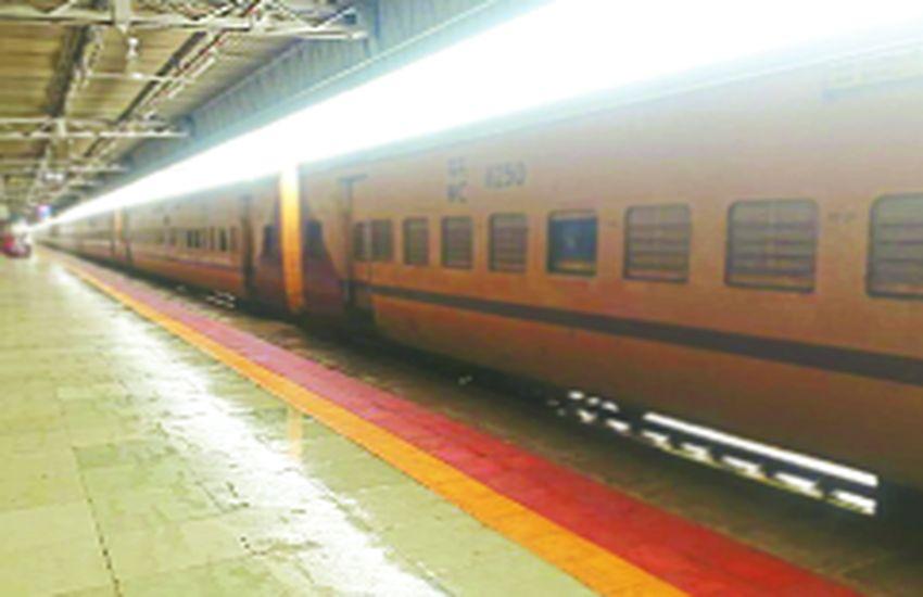 शेड से सीधा रेलवे स्टेशन पर आ जाता है बारिश का पानी, यात्री हो रहे परेशान