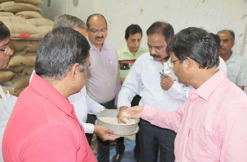 आयोग अध्यक्ष ने बंटने वाला चावल छलनी में देखा, खीर-पूरी का लिया स्वाद