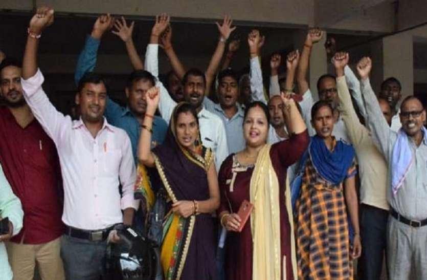राज्य कर्मचारियों के दर्जे के लिए रोजगार सेवकों ने किया प्रदर्शन