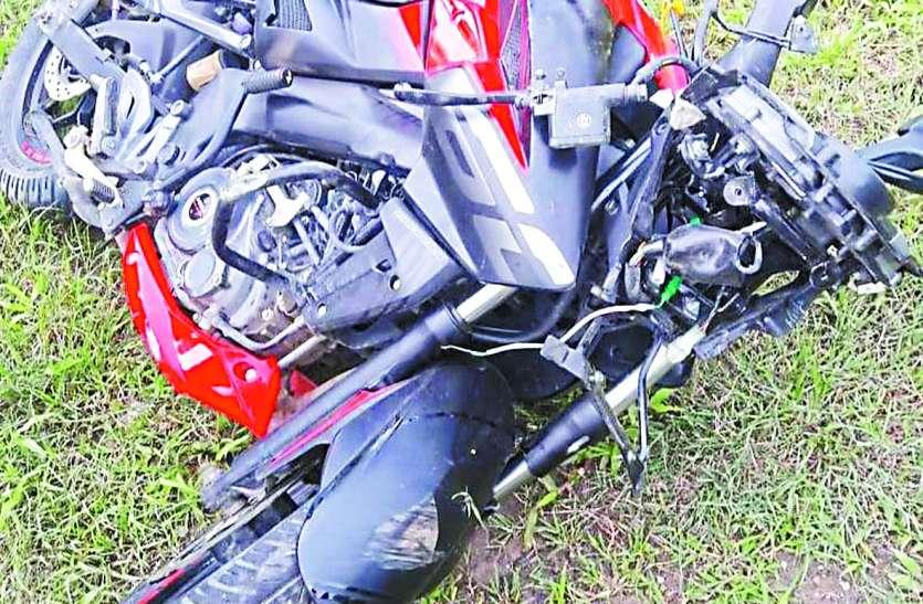 डिवाइडर से टकराई बाइक, युवक की मौत, एक गंभीर